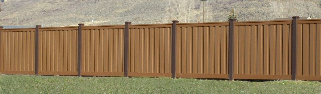 Trex Fence with Dark Brown Posts and Light Brown Pickets